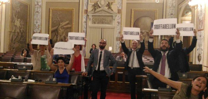 M5S: «Il 'Truffarellum' è legge. Ora i siciliani sanno cosa mettere dentro la pentola»
