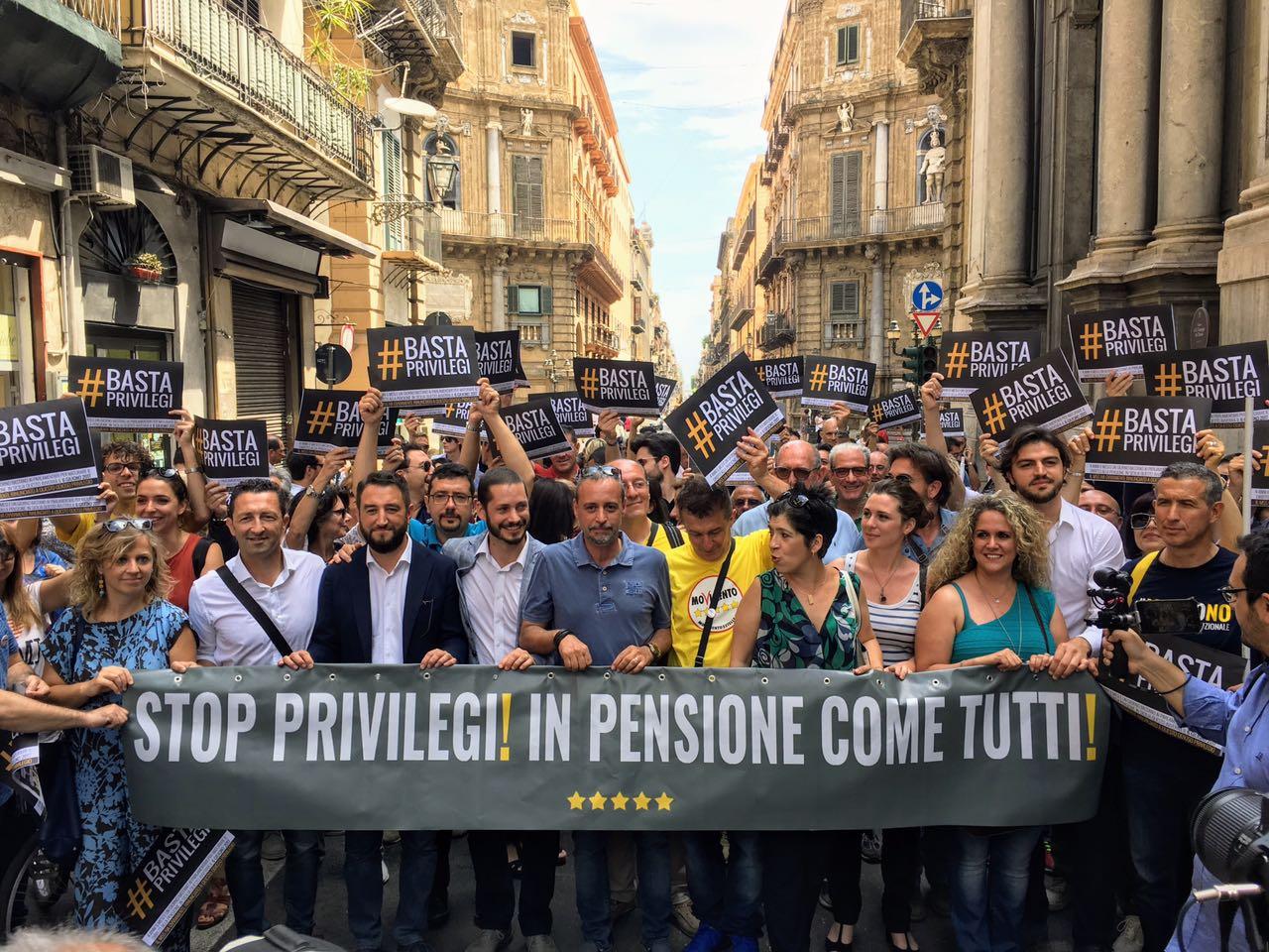 Portavoce e attivisti m5s e cittadini in marcia a palermo for Deputati cinque stelle