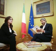 Deputata M5S Elena Pagana dona Gazzetta Ufficiale delle Giovani Istituzioni al presidente della Camera dei Deputati Roberto Fico
